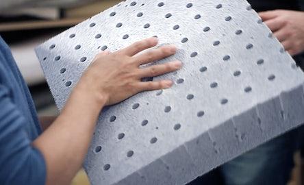 Une couche de mousse AirScape perforée perméable à l'air améliore la circulation de l'air